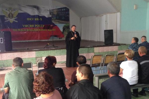 Перед осужденными и их родственниками выступает священнослужитель РПЦ